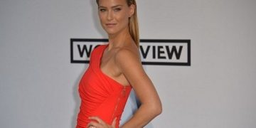 (FILES) In this file photo taken on May 22, 2014, Israeli model Bar Refaeli poses for photographers during the 67th Cannes Film Festival at Hotel du Cap-Eden-Roc in Cap d'Antibes, southern France. - Israel's most famous model is suspected of tax evasion and will be called into a hearing ahead of her possible indictment, authorities said on January 3, 2019. (Photo by Alberto PIZZOLI / AFP)