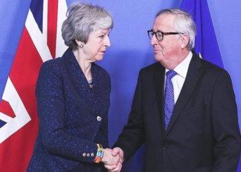 新华社照片,布鲁塞尔,2019年2月7日 (国际)(3)欧盟委员会主席容克会见英国首相特雷莎·梅 2月7日,在比利时布鲁塞尔,欧盟委员会主席容克(右)和英国首相特雷莎·梅握手。 当日,欧盟委员会主席容克在位于比利时布鲁塞尔的欧盟委员会总部会见英国首相特雷莎·梅。 新华社记者郑焕松摄