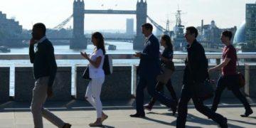 Personas cruzando Puente de Londres