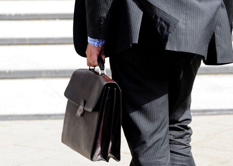 """La réunion des branches professionnelles convoquée mercredi par le ministre du Travail a confirmé que la mobilisation du patronat pour la mise en oeuvre du pacte de responsabilité était loin d'être générale. François Rebsamen a dit que 33 des 50 principales branches avaient """"mis à l'ordre du jour"""" de discussions internes les contreparties aux 41 milliards d'euros d'allègements de charges promis aux entreprises. /Photo d'archives/REUTERS/Toby Melville"""