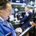 JLX12 NUEVA YORK (ESTADOS UNIDOS) 22/06/2017.- Corredores de bolsa trabajan en la bolsa de Wall Street en Nueva York (Estados Unidos) hoy, 22 de junio de 2017. Wall Street abrió hoy sin rumbo y el Dow Jones de Industriales, su principal indicador, avanzaba un 0,01 % pendientes de la evolución del petróleo y después de conocer un dato mediocre sobre el mercado laboral en Estados Unidos. EFE/Justin Lane