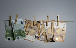 """Acudió a denunciar una estafa y la captaron como """"mula"""" para blanqueo de billetes falsos"""