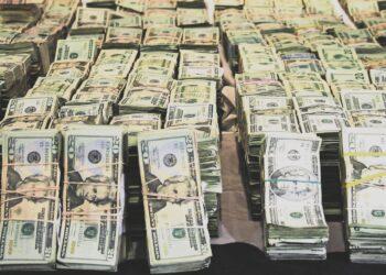 """MÉXICO D.F., 18SEPTIEMBRE2008.- Decomiso de 25 millones de dolares en Culiacan Sinaloa, el dinero fue localizado dentro de una casa, donde también se incautaron 2.3 kilogramos de marihuana, dos armas, cartuchos de diferentes calibres, cuatro vehículos, dos radios de comunicación y un teléfono celular, en inmueble se localizaron documentos relacionados con la familia, Verdugo Calderón entre los que destacan tres tarjetas para radiocomunicación expedidas por una empresa de radiocomunicación a nombre de Jesús Verdugo Calderón, hermano de Lamberto Verdugo Calderón y de este último se tiene información que realiza actividades de lavado de dinero para la organización del narcotraficante Ismael Zambada García, alias El Mayo Zambada"""". FOTO: RICARDO CASTELAN/CUARTOSCURO.COM ---------- 65 CUADRATINES COLOR ENVIAR A GN4"""