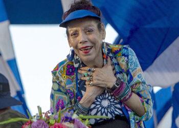 NI3016. MANAGUA (NICARAGUA), 05/09/2018.- La vicepresidenta, Rosario Murillo, participa de un acto despuÈs que miles de simpatizantes sandinistas realizaron una caminata por la paz, la vida y la justicia hoy, miÈrcoles 5 de septiembre de 2018, en Managua (Nicaragua). El presidente Daniel Ortega pidiÛ a Estados Unidos no meterse en la crisis social y polÌtica que vive el paÌs desde el 18 de abril, despuÈs de que este miÈrcoles el Consejo de Seguridad de la ONU abordara por primera vez la situaciÛn que enfrenta la naciÛn centroamericana. EFE/Jorge Torres
